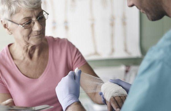 Dificuldade de cicatrização de feridas aumenta com a idade